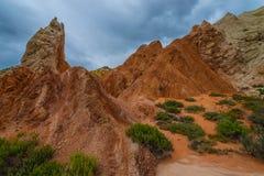 在三角叶杨山谷路Uta附近的多彩多姿的岩层 库存图片