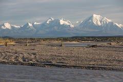 在三角洲连接点,阿拉斯加附近的强大和积雪的阿拉斯加山脉 图库摄影