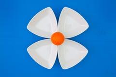 在三角陶瓷碗的橙色高尔夫球 免版税库存图片