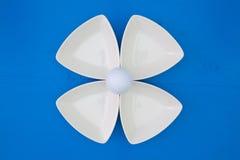 在三角陶瓷碗的白色高尔夫球 免版税库存图片