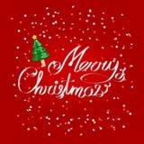在上写字在与圣诞树的欢乐红色背景的圣诞快乐问候白色丝带 库存照片