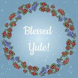 在上写字在红色和蓝色莓果花圈的保佑的Yule  传染媒介明信片 库存例证