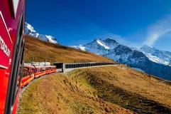 在上升到Jungfraujoch的克莱茵沙伊德格驻地的少女峰铁路火车 免版税库存图片