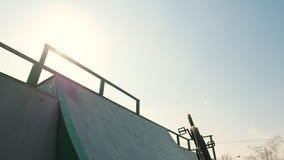 在上升在舷梯和执行把戏的灰色有冠乌鸦的一个专业BMX车手 影视素材