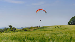 在上升气流的降伞飞行 对游人的吸引力在城市Groemitz,海岸波罗的海上午09 06 2016年 免版税图库摄影