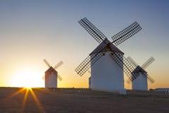 在上升的传统风车,拉曼查,西班牙 库存图片