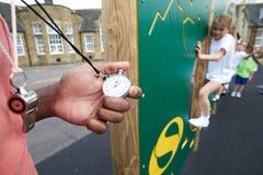 在上升的墙壁上的孩子在学校体育类 免版税库存图片