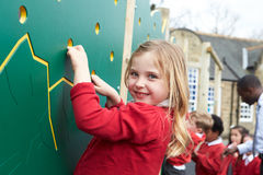 在上升的墙壁上的孩子在Breaktime的学校操场 免版税库存图片