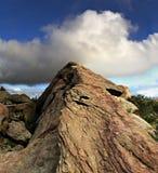 在上升的岩石的云彩 免版税库存照片