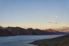 在上升的月亮下的Mountain湖 库存图片