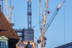 在上升的起重机在滑铁卢地区在伦敦如被看见从西部 免版税库存照片