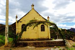 在上流安地斯山顶部的微小的教会 免版税库存图片