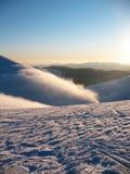 在上流的白色积雪的山峰 在山的薄雾流程 离开的蓝色极端冬天风景 免版税库存图片