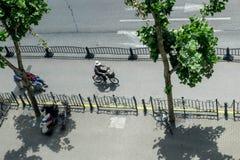 在上海供以人员骑在一条自行车道的一辆自行车在中国 库存照片