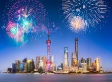 在上海地平线上的美丽的烟花在晚上 免版税库存照片