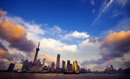 在上海地平线的日落与都市场面 免版税库存图片