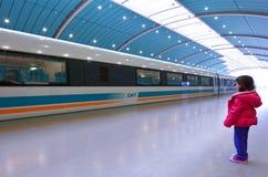 在上海磁悬浮火车的小女孩旅行 库存照片