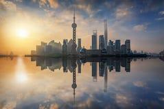 在上海都市地平线的日出  图库摄影