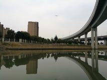 在上海Kangcheng住宅区附近的高架桥 免版税库存照片