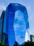 在上海lujiazui的蓝色玻璃现代大厦  免版税图库摄影