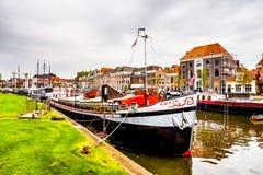 在上艾瑟尔省围拢兹沃勒的市中心的运河,荷兰的小船 免版税库存照片