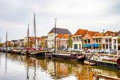 在上艾瑟尔省围拢兹沃勒的市中心的运河,荷兰的小船 免版税库存图片