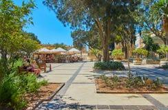 在上部Barrakka庭院树荫下,瓦莱塔,马耳他 免版税库存照片