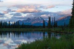 在上部Stikine和Chukachida河的日落合流,加拿大 免版税库存图片