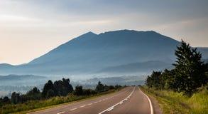 在上面下的山早晨和雾 免版税图库摄影