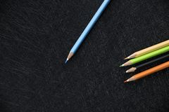 在上面和4支颜色铅笔的蓝色铅笔 库存图片