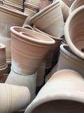 在上面堆积或堆的赤土陶器罐在庭院里 免版税库存图片