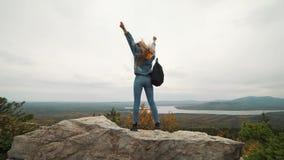 在上面的妇女游人是愉快和庆祝成功 牛仔布夹克的一名妇女在a幸福到极点高兴 影视素材