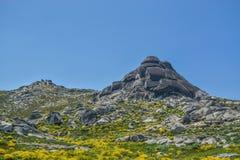 在上面的岩石在山在葡萄牙 免版税库存照片