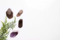 在上面的白色背景去除的矿物石头与绿草 免版税库存图片