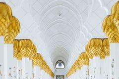 在上面的装饰的大理石柱与象在走廊的金黄棕榈没有在扎耶德Grand Mosque回教族长里面的人 图库摄影