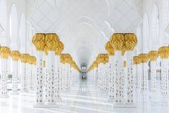 在上面的装饰的大理石柱与象在走廊的金黄棕榈没有在扎耶德Grand Mosque回教族长里面的人 免版税图库摄影