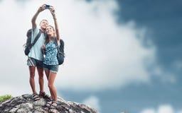 在上面的远足者与照相机 免版税库存照片