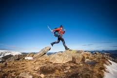 在上面的登山人 免版税库存照片