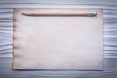 在上面直接木板的葡萄酒干净的纸板料铅笔 库存图片