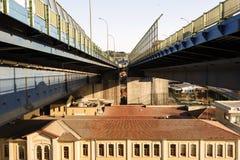 在上面f的一座现代桥梁一个历史建筑在伊斯坦布尔,土耳其 库存图片