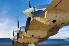 在下午光末期的三个刃状的propeler航空器 库存图片