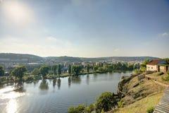 在下午太阳的布拉格都市风景与流经市中心,捷克共和国的伏尔塔瓦河河 图库摄影