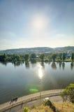 在下午太阳的布拉格都市风景与流经市中心,捷克共和国的伏尔塔瓦河河 免版税库存照片