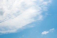 在下午的夏天天空 库存照片