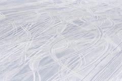 在下坡滑雪胜地的滑雪轨道 库存照片