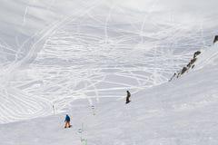 在下坡freeride踪影前的挡雪板 免版税库存图片