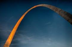 在下来太阳的圣路易斯曲拱 免版税库存照片
