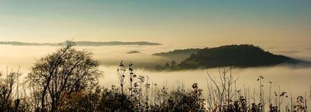 在下来长期凸轮和小山日落的看法从近Uley堡垒的到Uley,格洛斯特郡 免版税库存照片