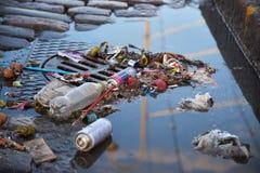 在下水道的垃圾,在首先5月庆祝后 库存照片