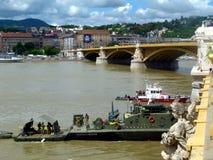 在下沉的小船2天前的多瑙河的抢救操作在玛格丽特桥梁下 免版税库存图片